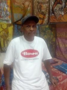 Mamadou Cherif Diallo dans sa boutique. Crédit photo : Pascaline