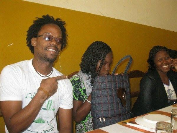 Sinath à Dakar qui regarde discrètement son smartphone! Crédit photo : Serge Katembera