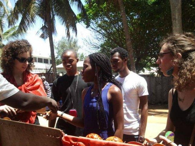 Mondoblogueuses négociant sur le marché de Grand Bassam (Côte d'Ivoire). Crédit : Mariette Yao