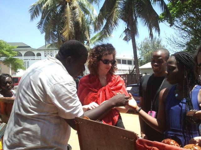 Mondoblogueurs négociant sur le marché de Grand Bassam (Côte d'Ivoire). Crédit : Mariette Yao